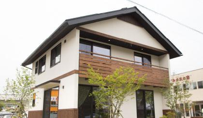 画像:古民家を意識した色合いの木造ドミノ住宅