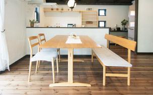 画像:オープンな対面キッチンは家族の会話がはずみます。手づくりの食器棚、自分らしいキッチンをつくれます。