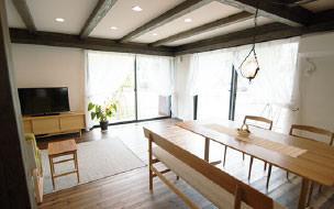 画像:日差しや風通しを考え、開放感のあるリビングダイニング、珪藻土の壁や無垢の床をつかい自然を感じる空間になっています。